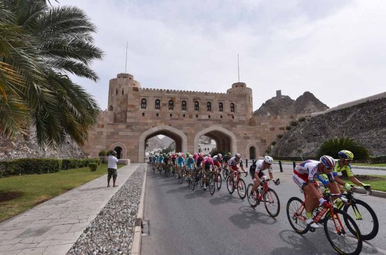 1-The-peloton-rides-through-the-Muscat-Gate.