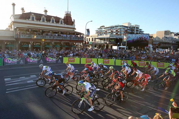 11-The-peloton-rolls-through-Adelaide.-Peoples-Choice-Classic-2015-Fotos-y-video