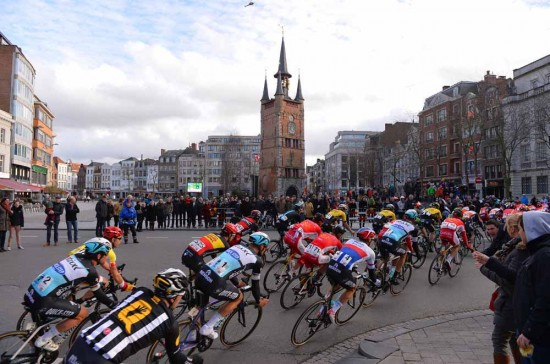 2-The-peloton-comes-to-Kortrijk.
