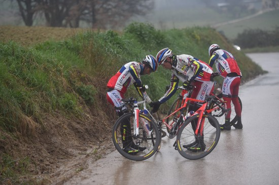 3-Katusha-sorted-out-a-wheel-change-in-the-rain-on-stage-6.